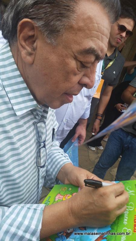 Maurício de Sousa autografando para Beatriz