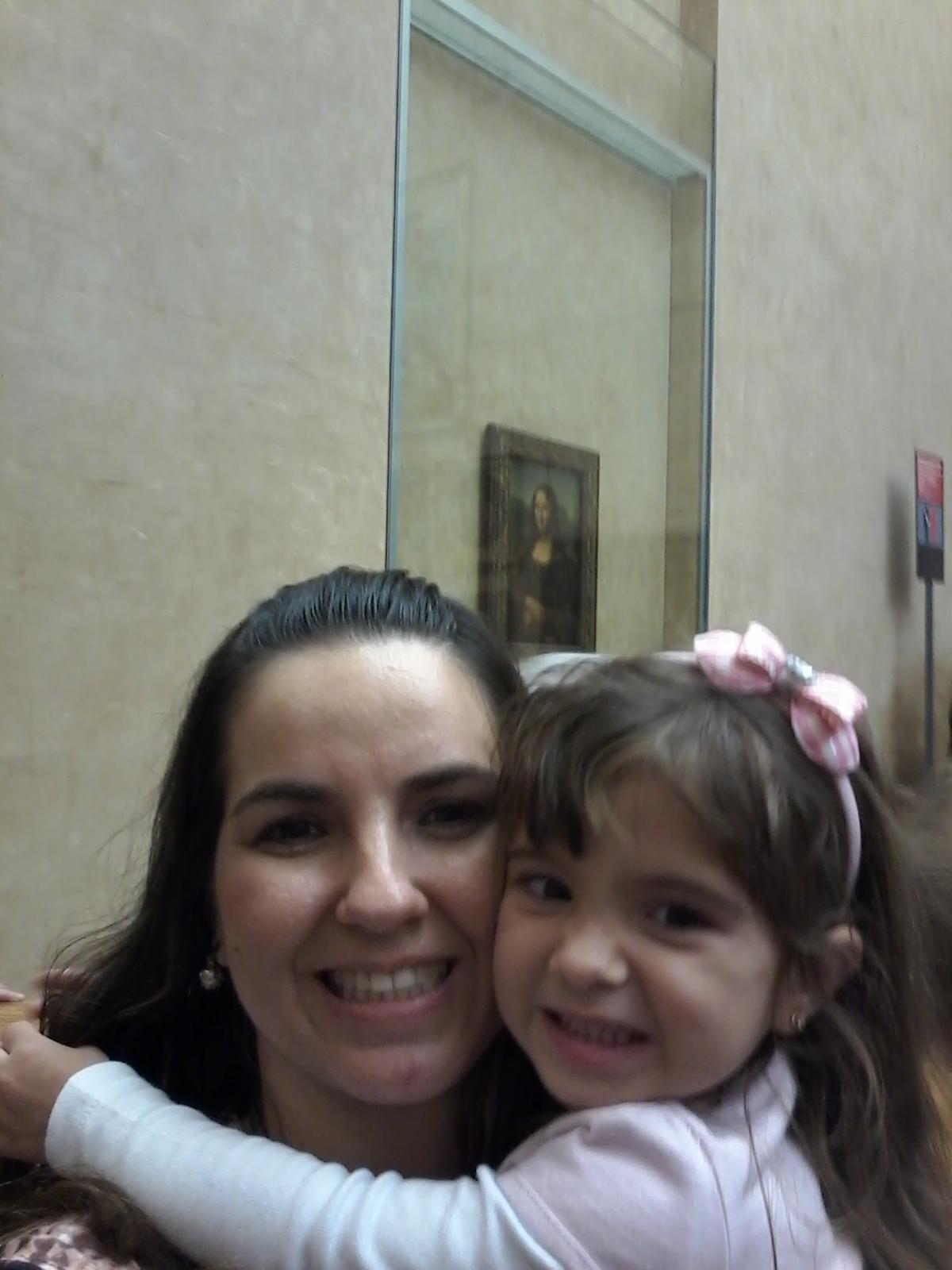 Beatriz feliz ao ver a tão esperada Monalisa no Museu do Louvre