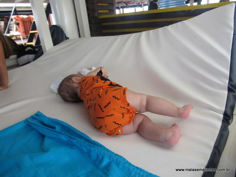 Lucas com 4 meses tirando a soneca no barco em Paraty