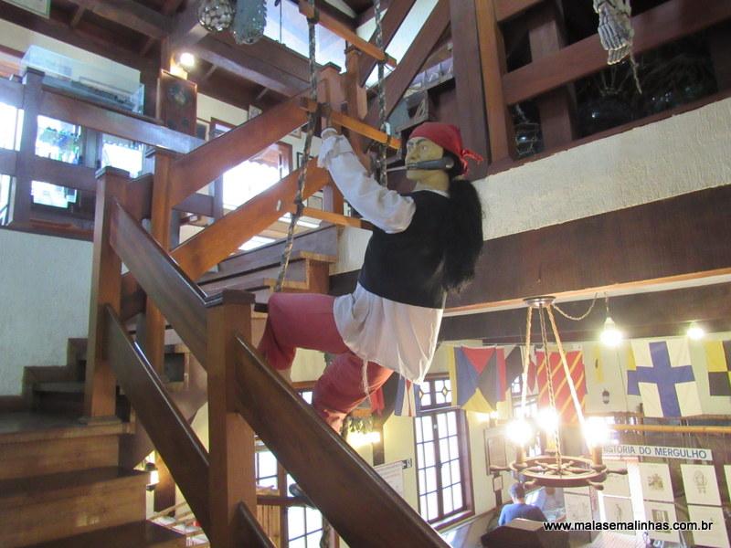 Subida para segundo andar com a recepção do pirata na escada