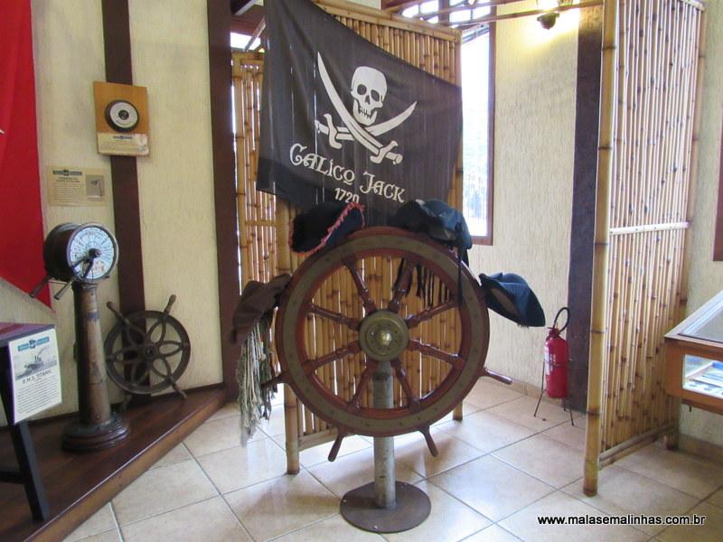 Pode tirar fotos com chapéu de pirata. Infelizmente perdemos a foto da Beatriz com a queima no cartão de memória do celular